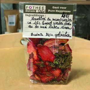 gedroogde aardbeien en munt water